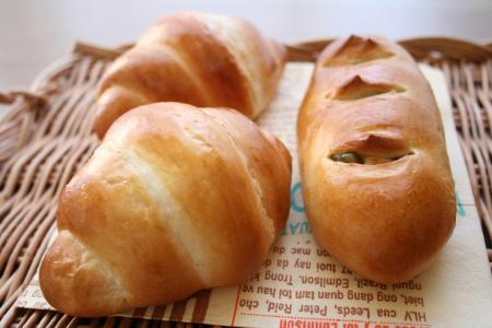 バターロールと三色豆パン