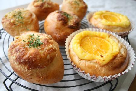 マヨネーズパンとオレンジカスタードパン
