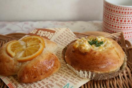 オレンジパンとコーンマヨ