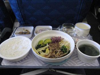 機内食のビビンパ&ワカメスープ