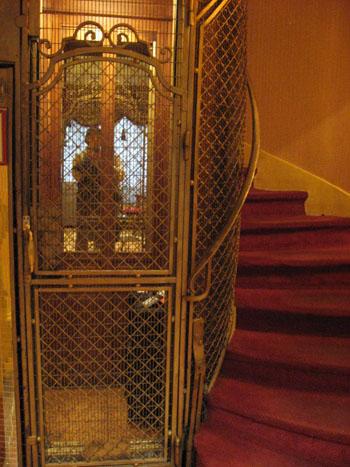 ホテルのエレベーター。人ひとりと荷物1ケがやっと