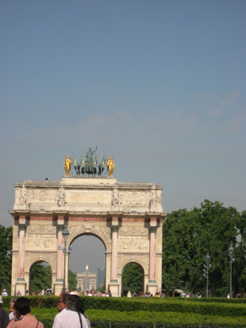 ルーブル美術館の凱旋門からシャルルドゴール凱旋門を臨む
