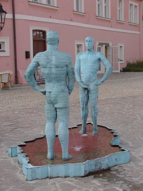 20-strange-sculptures-pI-peeing.jpg