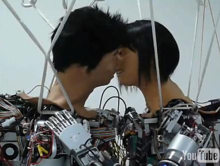 robots kiss