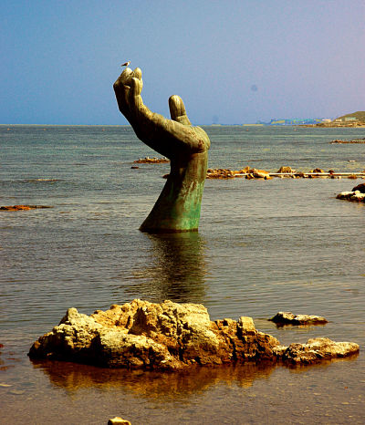 creepy-beach-sculptures.jpg