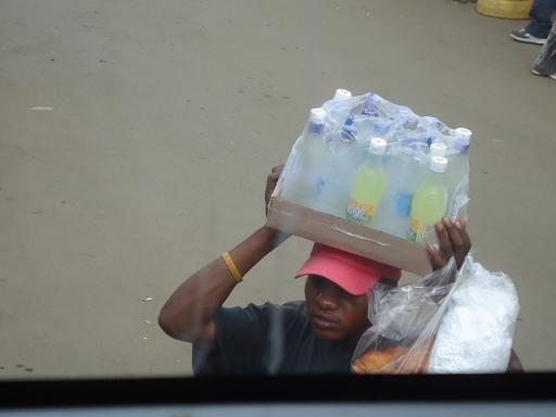 水とジュース売り