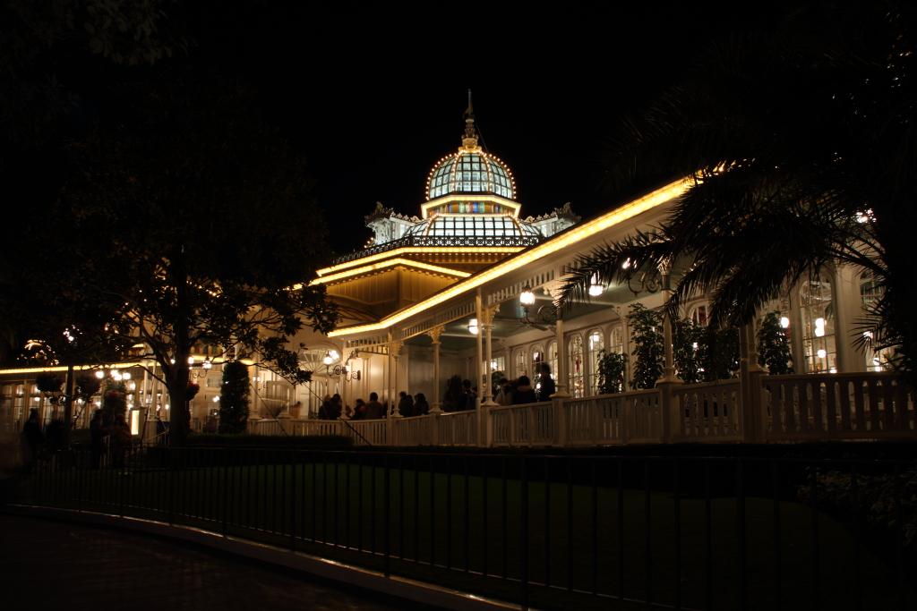 夜のクリスタルパレス・レストラン