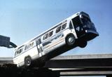 飛びそうなバス