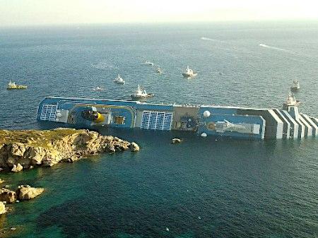 地中海のジリオ島沖で座礁、転覆した豪華客船「コスタ・コンコルディア」。[1]