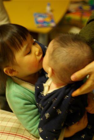 お姉ちゃんの抱っこ