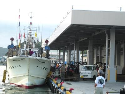 船を待つ人々