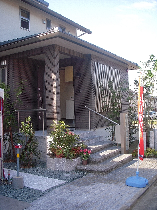 19番6モデルハウス(H21年10月10日撮影) 玄関アプローチ550