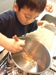 カレーの作り方 「ニンニクをオイルを低温から温める」
