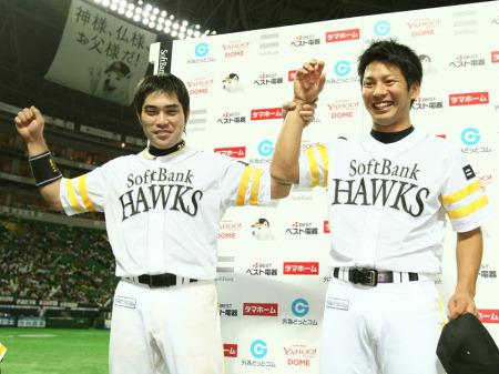 お立ち台で笑顔を見せる田上秀則(左)と大場翔太