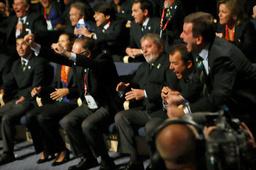 喜ぶリオデジャネイロの代表団