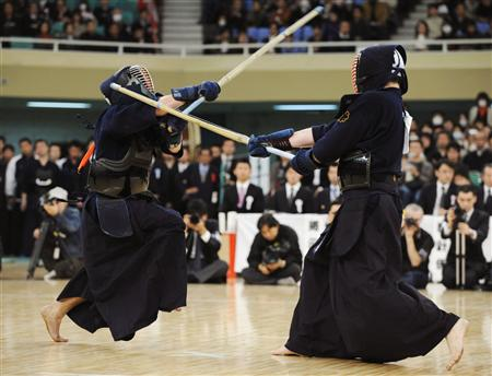 決勝で高橋秀人(右)を攻める内村良一