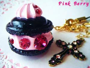 黒×ピンク&十字架の大粒スワロなマカロン 横から