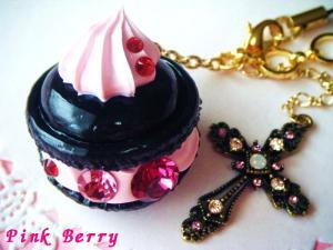 黒×ピンク&十字架の大粒スワロなマカロン 上から