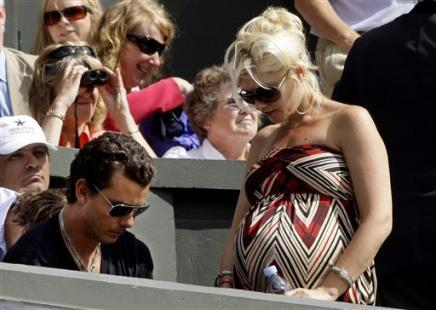 1425549796-singer-gwen-stefani-right-pictured-husband-gavin-rossdale-players-box.jpg