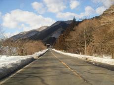 道中、道脇には雪です