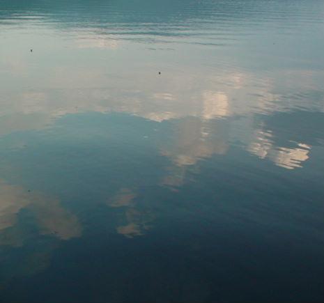 湖面に映った雲
