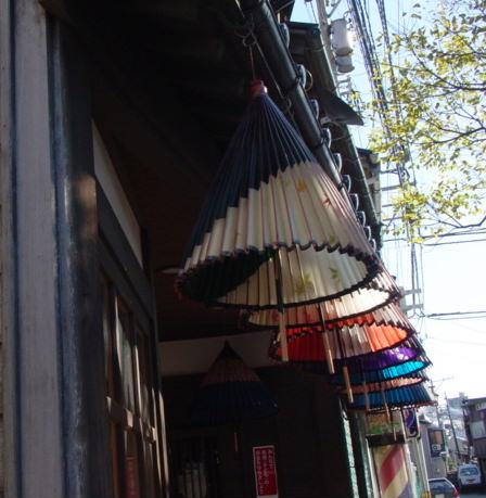 吊り下げられる和傘