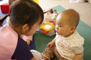 お姉ちゃんは、赤ちゃんが好きやね。