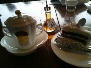 チョコレートドリンクとケーキ