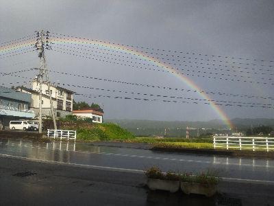 修理の進む羽根川鉄橋付近にかかった虹