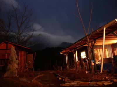月明かりと山の小屋