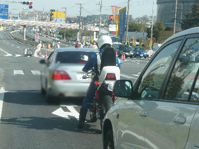 三段シートのバイクに乗る