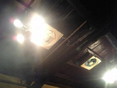 店内に立ち込める煙、黒光りする天井