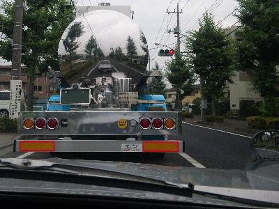 砂糖水を運ぶトラックに映るルーチェ