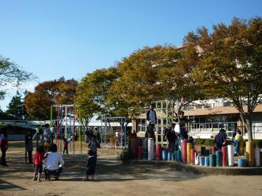 校庭の遊具で20081101