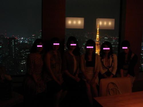 東京タワーをバックに