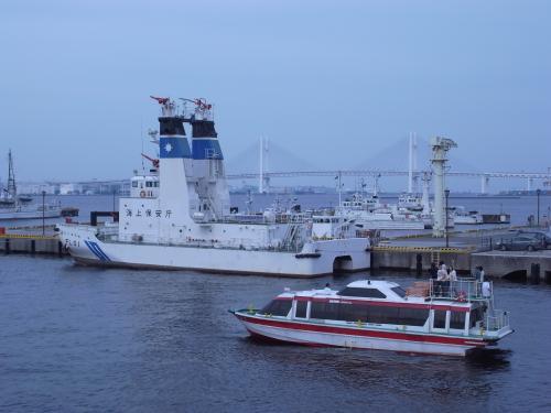 海上保安庁の船。