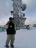 奥中山山頂のテレビ塔の前にたたずむえ~きさん