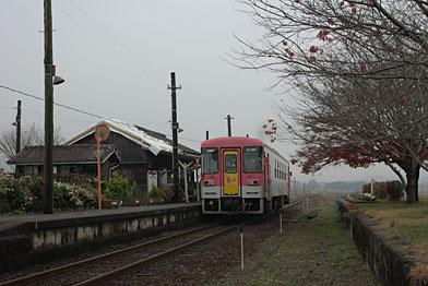法華口駅ホームと列車