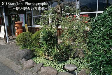 小野屋駅(JR九州・久大本線)のミニ庭園と木造駅舎