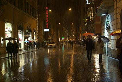 雨が降るローマの夜をK10D+DA★16-50で撮影