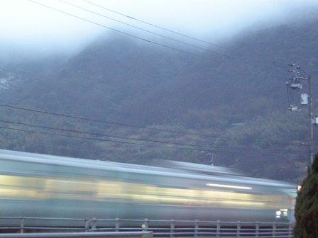 朝もやの通勤快速