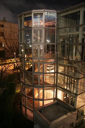 空中庭園のエレベーターと階段