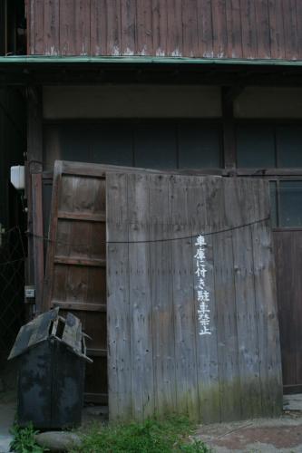 車庫ってどこよ?あ、左下のがそうか・・・三輪車とか入ってたりして・・・