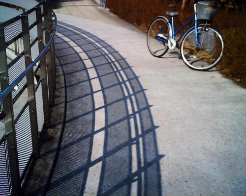 影と自転車
