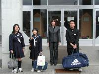 三年生の一団、いい思い出いっぱい作ってきてね! おみやげは 函館の朝市でタラバ蟹買って来て~ (+_+;)\(-_-;)バシッ!!