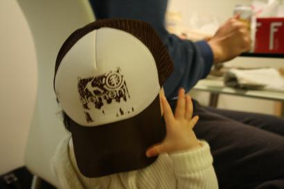 パパの帽子を被らされて イヤがる いち