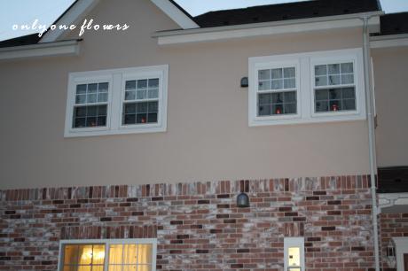 外からも見える この2Fの窓際のライトがミソなのです☆・・・見えるかな?