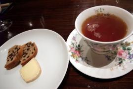 チーズ、たけうちのレーズンパン、紅茶