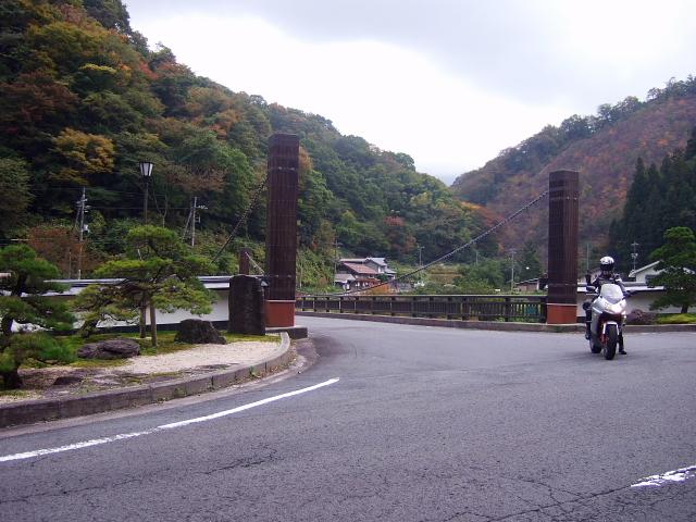 R432からこの橋を渡る