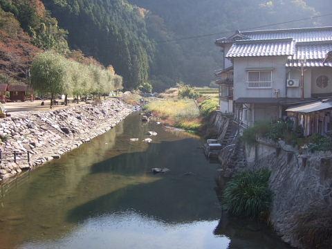 川沿いにある湯の瀬温泉
